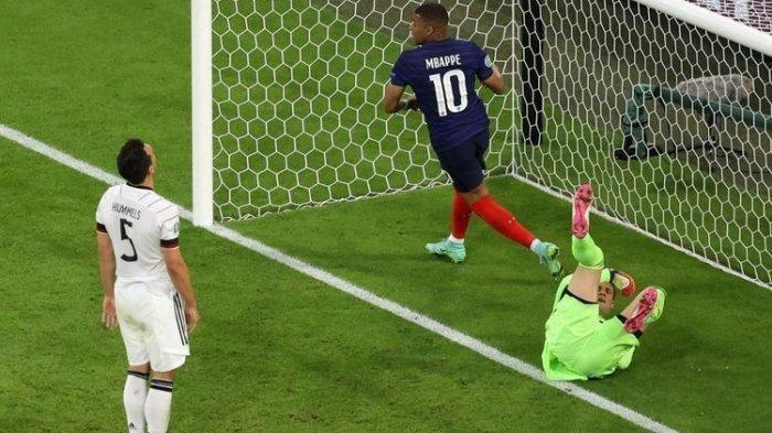 Bek Jerman Mats Hummels bereaksi setelah mencetak gol bunuh diri pada laga Grup Euro 2020 antara Perancis dan Jerman di Allianz Arena, Muenchen, pada Rabu (15/6/2021) dini hari WIB.(AFP/ALEXANDER HASSENSTEIN)