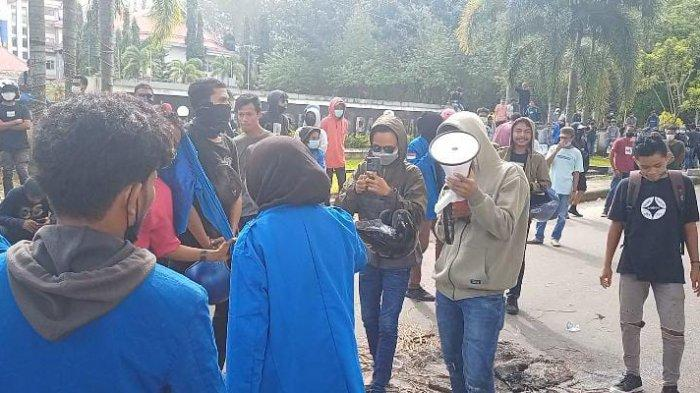 Joget Bunga Leksula Jadi Hiburan Demonstran Penolak PPKM di Ambon