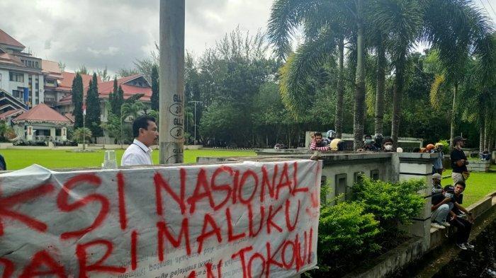 Temui Massa Unjuk Rasa Tolak PPKM, Wakil Rektor Universitas Pattimura Minta Segera Bubar