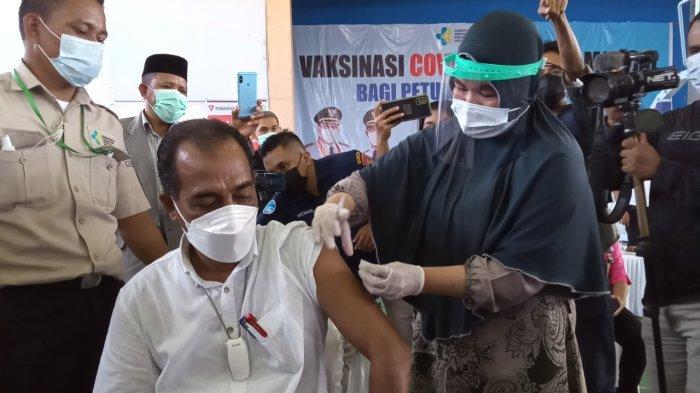 Vaksinasi Covid-19 Massal, Kadis Pendidikan Kota Ambon Menjadi yang Pertama