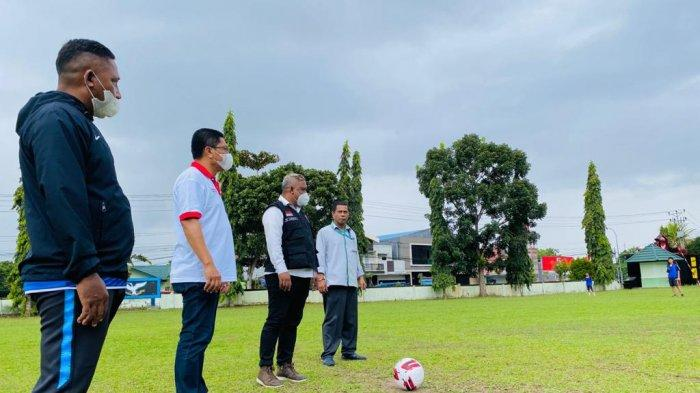 Kepala Dinas Pemuda dan Olahraga (Kadispora) Ambon, Ricard Luhukay saat seleksi calon pemain Jong Ambon FC di Lapangan Kompi B Rider 733/Masariku, Waiheru, Ambon, Senin (3/5/2021) sore.
