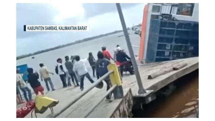 Kapal Ferry Bili Terbalik di Dermaga Perigi Piai Sambas Saat Bongkar Muatan, Penumpang Panik