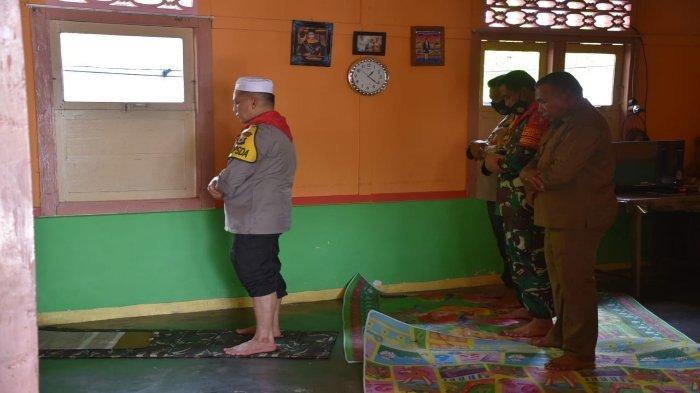 Kunjungi Kampung Kristen, Kapolda Maluku & Pangdam Pattimura Salat di Rumah Warga Aboru