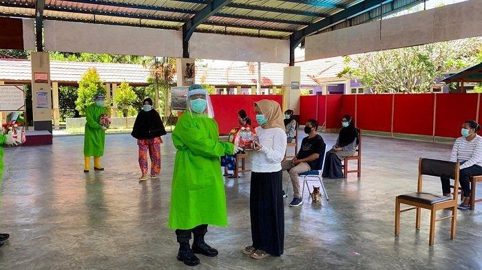 Jenguk Pasien Covid-19 Bersama Pangdam Pattimura, Kapolda Maluku Sarankan Baca Kitab Suci