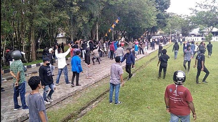 Kapolda Maluku Terobos Lemparan Batu saat Ricuh Demo Omnibus Law di Kampus Unpatti Ambon