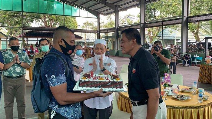 Kapolda Maluku Beri Kejutan Ulang Tahun ke Pangdam XVI Pattimura: Kaget Langsung Berdiri