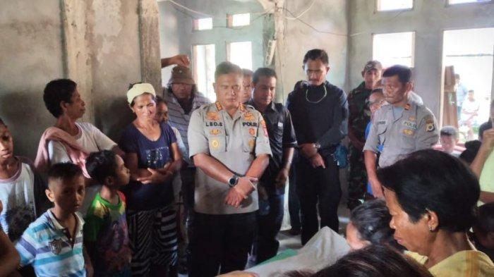 Kapolresta Pulau Ambon dan Pulau Lease, Kombes Leo Surya Nugraha Simatupang mengunjungi keluarga korban di Dusun Soa Belanda, Desa Haruku, Kecamatan Pulau haruku, Maluku Tengah. (Kontributor TribunAmbon.com /Fandy)