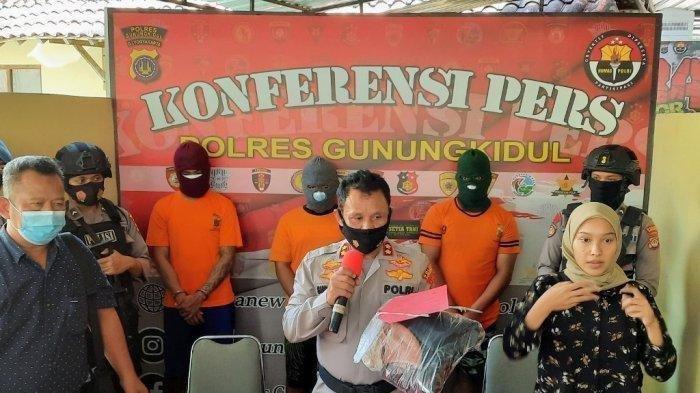 GELAR PERKARA - Kapolsek Ponjong, AKBP Sudono (tengah), dan 3 pelaku (belakang) kasus rudapaksa terhadap anak di bawah umur, Kamis (08/07/2021).