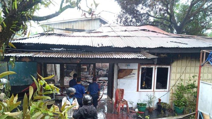 Petugas Damkar Kota Ambonmemadamkan sisa api di Kantor Yayasan Pelangi Maluku, Senin (3/5/2021).
