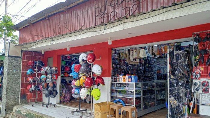 Kedai di Kota Ambon Ini Jualan Helm, Sehari Bisa Raup Untung Hingga Rp. 3 Juta Loh