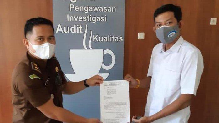 Kasi Pidsus Kejari Buru, Yasser Samahati menyerahkan surat permintaan audit kerugian negara Kasus korupsi dana MTQ Burse, kepada BPKP Perwakilan Maluku, Senin (26/7/2021).