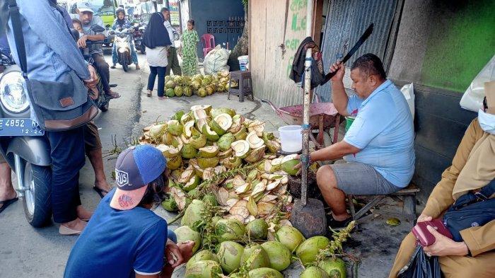 Berkah Ramadan, Pedagang di Ambon Raup Hingga 4 Juta Perhari dari Kelapa Muda