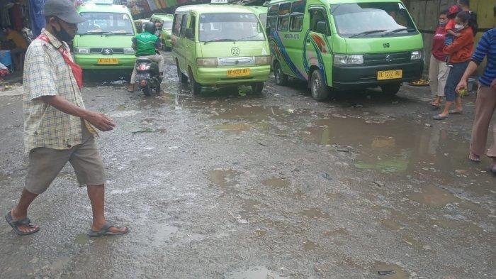 Warga Mengeluh Jalan Rusak di Terminal Mardika, Sebut Kerusakan Sudah Hampir Lima Tahun