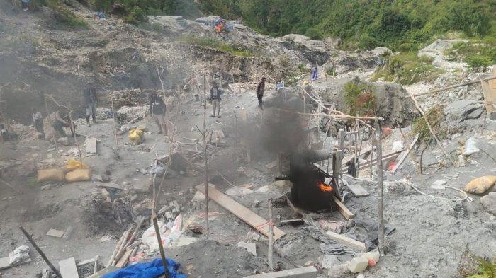 Kepolisian Sektor Pulau Buru membakar sejumlah kolam penambang di Gunung Botak, Desa Kayeli, Kecamatan Teluk Kayeli, Kabupaten Buru, Sabtu (3/4/2021).