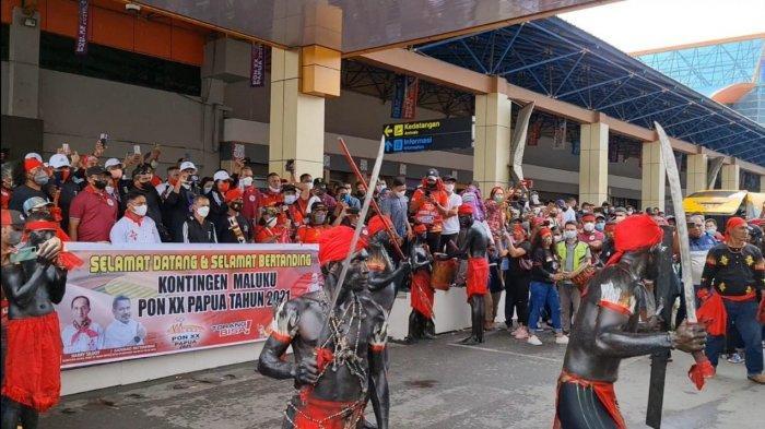 Kloter 3 Kontingen Maluku Tiba di Bandara Sentani-Papua, Disambut Tarian Cakalele dan Ratusan Warga