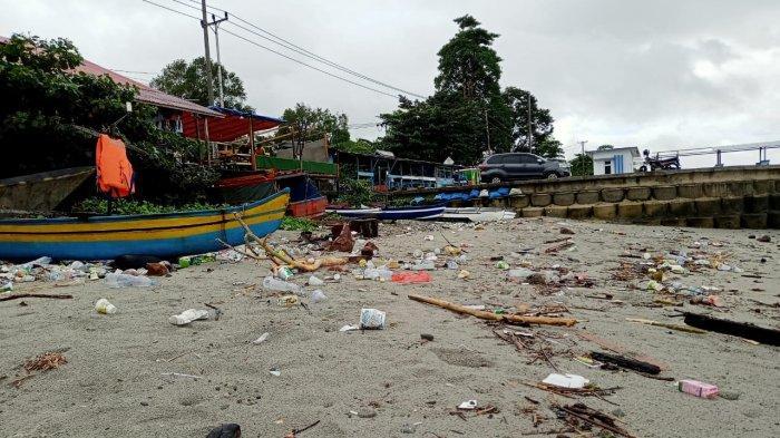 Jadi Tempat Nongkrong, Pantai Kota Jawa Berserakan Sampah