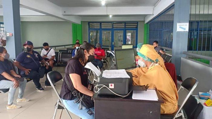 Ratusan Buruh Pelabuhan Yos Sudarso Ambon Jalani Vaksinasi Dosis II