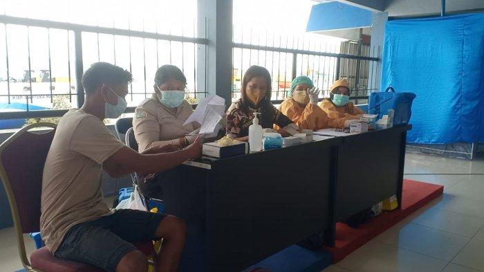Kantor Kesyahbandaran dan Otoritas pelabuhan (KSOP) Kelas I Ambon menggelar vaksinasi dosis II bagi 400 tenaga kerja bongkar muat (TKBM), Sabtu (11/9/2021).