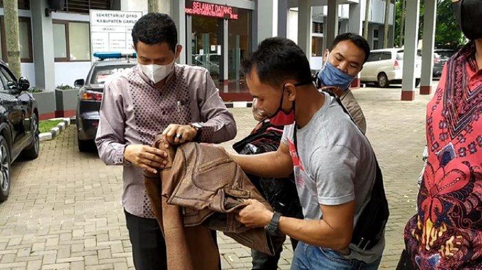 Sejumlah anggota DPRD Kota Ambon saat ditawari asesoris khas Garut, Rabu (28/4/2021)
