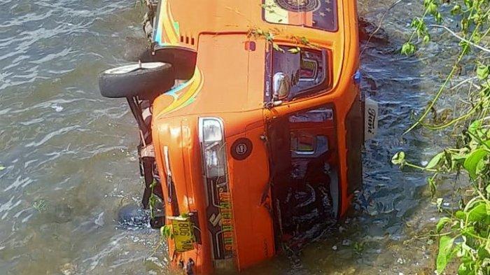 Melaju Kencang, Supir Angkot Bawa Penumpang Terjun Bebas ke Laut Nusaniwe