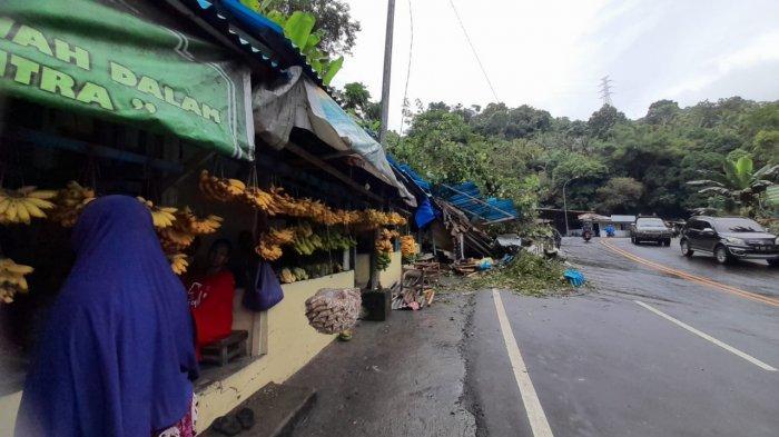 Jejeran lapak di Pasar Buah Batu Koneng, Jalan Syaranamual, Desa Poka, Kecamatan Teluk Ambon yang terdampak longsor, Senin (12/7/2021).
