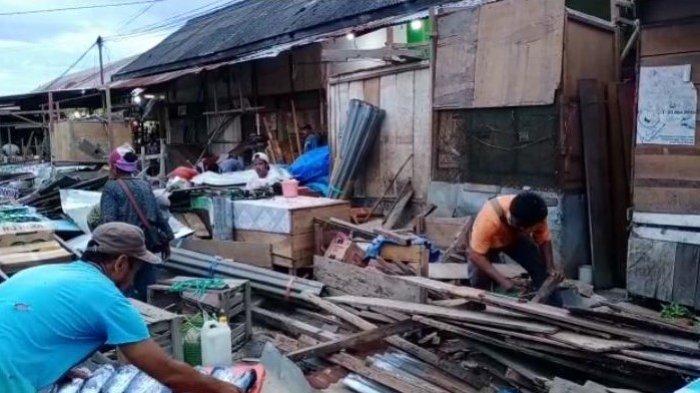 Perbaikan Jalan di Pasar Namlea-Pulau Buru, Lapak Pedagang Terpaksa Dibongkar