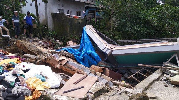 Rumah rusak akibat longsor yang terjadi di Kebun Cengkeh, Desa Batu Merah, Kota Ambon, Minggu (20/6/2021) malam.