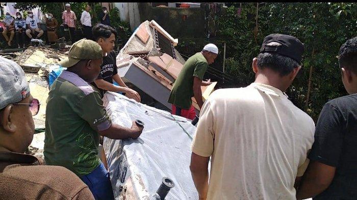Warga bantu evakuasi barang korban longsor di Kebun Cengkeh, Senin (21/6/2021)