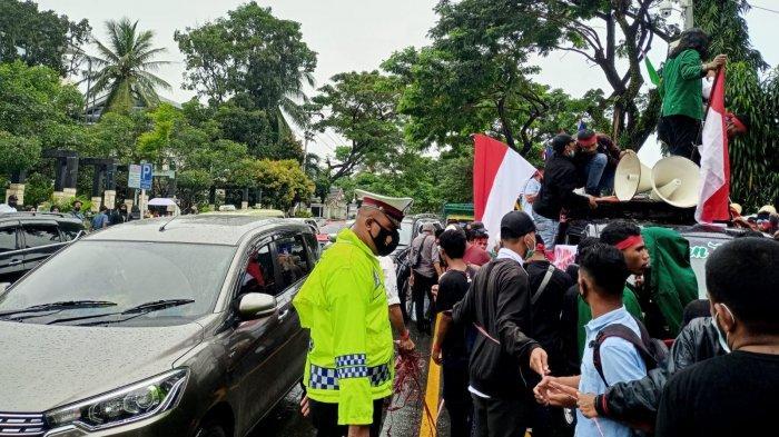 Massa Demo Tolak PPKM Semakin Ramai, Kemacetan Didepan Balai Kota Ambon Tak Terhindarkan