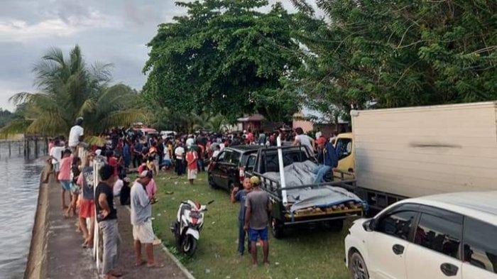 Kemacetan mengular terjadi di ruas jalan Desa Kamariang, Kecamatan Kairatu, Kabupaten Seram Bagian Barat (SBB), Maluku, Kamis (14/10/2021)