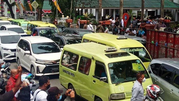 Lagi Demo PPKM Ricuh, Kemacetan Kembali Terjadi di Depan Kantor Wali Kota