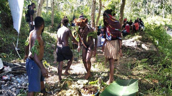 Melihat Barapen, Tradisi Bakar Batu Ala Mahasiswa di Ambon