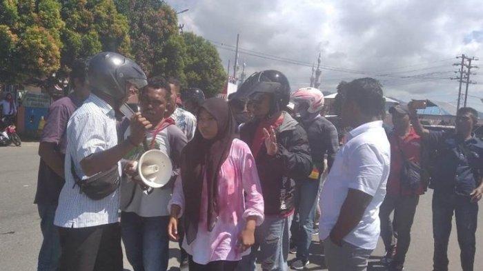 Belasan Mahasiswa Universitas Pattimura Tolak Kedatangan Jokowi ke Ambon, Massa Dibubarkan Paksa