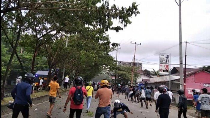 mahasiswa terlibat aksi lempar batu dalam aksi unjuk rasa menolak Omnibus Law di kampus Unpatti Ambon.