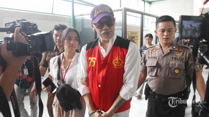 Tio Pakusadewo Ditangkap karena Narkoba, Polisi Geledah Rumah Kenakan APD Temukan Alat Hisap Sabu