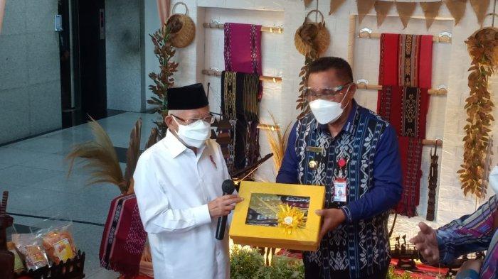 Maruf Amin Dapat Hadiah Ukiran Perahu dan Buku dari Tanimbar