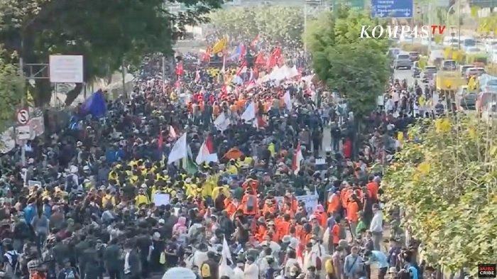 Live TV Aksi Demo Pelajar dan Mahasiswa di Sekitar Gedung DPR, Warna-Warni Bernyanyi & Berorasi