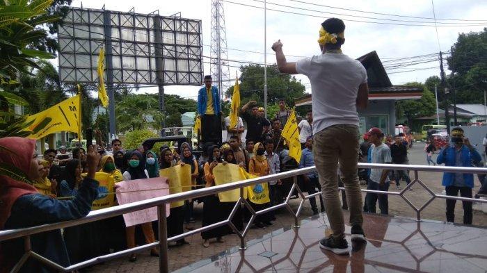 Mahasiswa PMII Geruduk Kantor Pelni Ambon, Tuntut Kacab Klarifikasi Kisruh di Pelabuhan Yos Sudarso