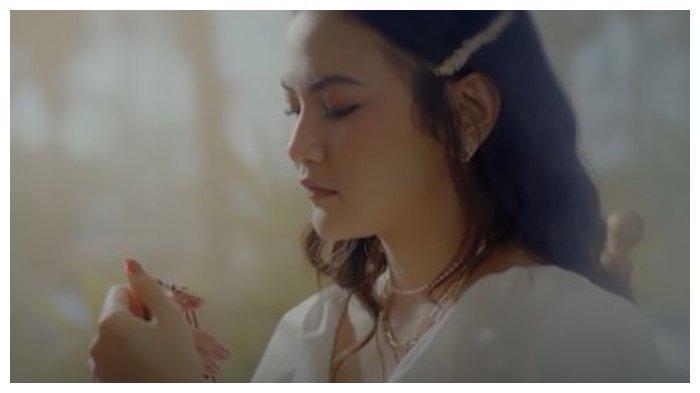 Chord Melawan Restu - Mahalini, 'Mungkinkah Aku Meminta Kisah Kita Selamanya. . .'