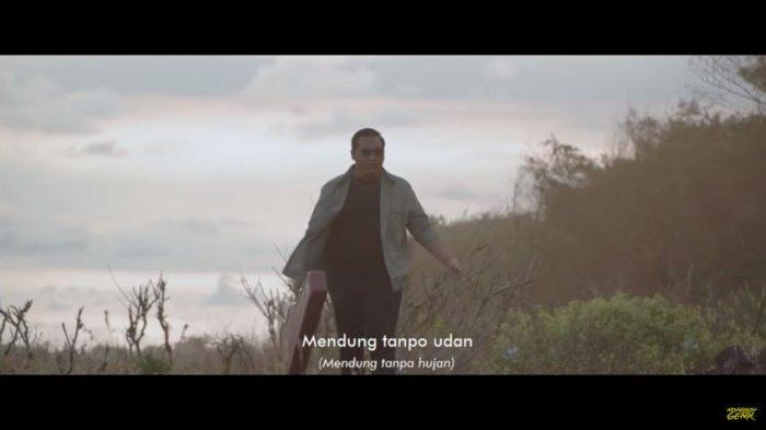 Chord Lagu Mendung Tanpo Udan - Ndarboy Genk, 'Aku Moco Koran Sarungan, Kowe Belonjo Dasteran. . .'