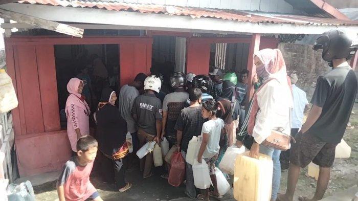 Sehari Jelang Ramadhan, Warga di Masohi Berebut Minyak Tanah, Agen Batasi Penjualan