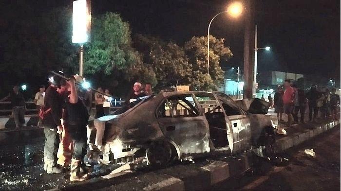 Lari dari Kejaran Polisi, Mobil yang Dikendarai 2 Perampok Tabrak Tiang hingga Terbakar