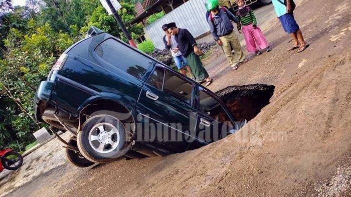 Viral Mobil Terperosok Masuk Lubang di Jalan, Sopir: Saya Mendengar Suara Retakan, Langsung Ambrol