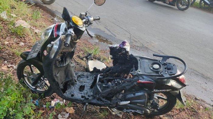VIRAL Sepeda Motor Hangus Terbakar Hingga Jok Terlepas, Diduga Gara-gara Simpan HP di Bagasi