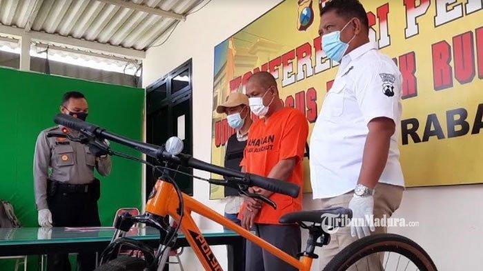 Muriyono (36) seorang ayah yang mencuri sepeda ontel untuk hadiah anak