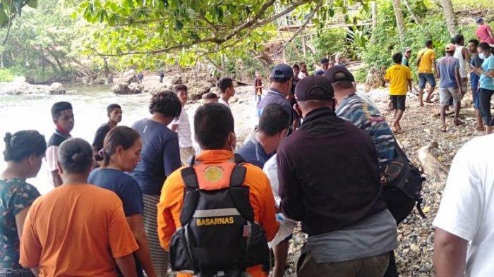 FOTO-FOTO: Dengan Ciuman, Ratusan Kerabat Sambut Mayat Johan Wattilete di Pantai Latuhalat Ambon - nelayan-hilang_nusawine_2021_0214-2.jpg