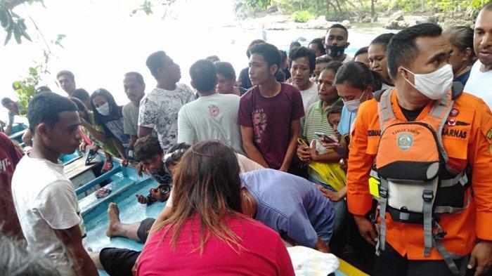 FOTO-FOTO: Dengan Ciuman, Ratusan Kerabat Sambut Mayat Johan Wattilete di Pantai Latuhalat Ambon - nelayan-hilang_nusawine_2021_0214.jpg
