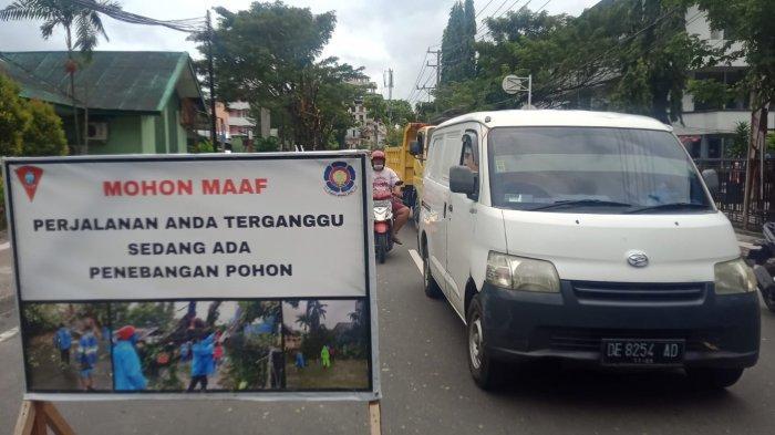 Disdamkar Pangkas Pohon, Pengendara yang melintasi Jln Dr Tamaela Kota Ambon Diminta Bersabar