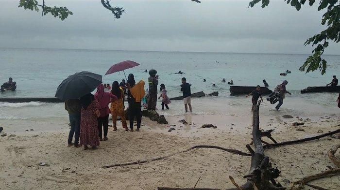 Meski Hujan Seharian, Tempat Wisata Pantai Hunimua Maluku Tengah Diserbu Wisatawan Lokal