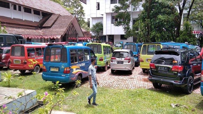 Puluhan sopir angkutan kota berbagai trayek menyerbu kantor DPRD Kota Ambon